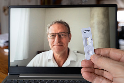 Telemedicine, video chat with the doctor, Covid-19, rapid test - p1625m2245012 by Dr. med.