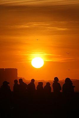 Sonnenuntergang am Hafen - p865m889784 von atomara