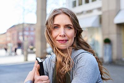 Frau mit wehendem Haar und einem Buch - p890m1440014 von Mielek
