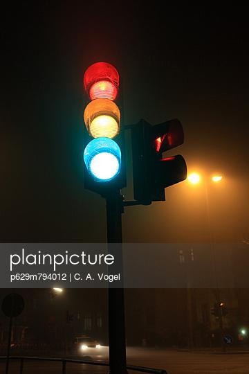 Verkehrsampel in Nacht und Nebel - p629m794012 von C. A. Vogel