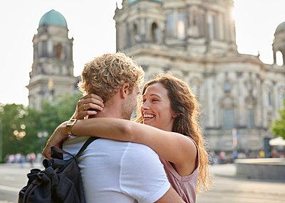 Junges Paar am Berliner Dom - p1124m1463314 von Willing-Holtz