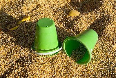 Spielzeuge im Korn - p5830054 von Kristina Williamson