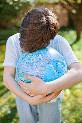Welt retten - p954m2082866 von Heidi Mayer