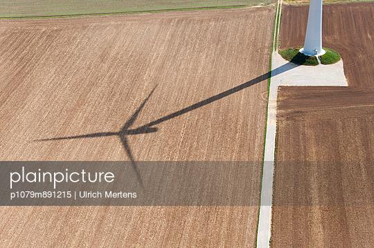 Turmfuß und Schattenwurf - p1079m891215 von Ulrich Mertens