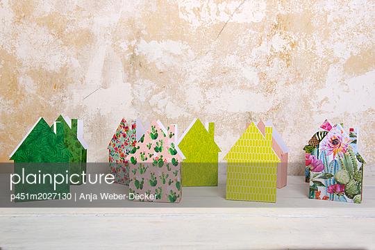 Dorf aus Papierhäuschen - p451m2027130 von Anja Weber-Decker