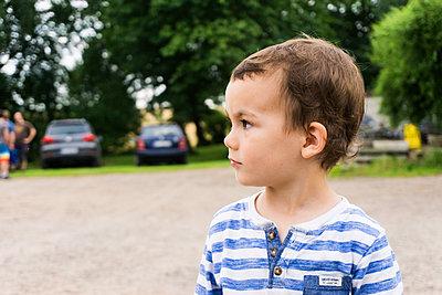 Kleiner Junge im Profil - p1142m1362698 von Runar Lind