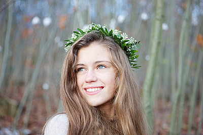 Young girl with a crown - p5862305 by Kniel Synnatzschke
