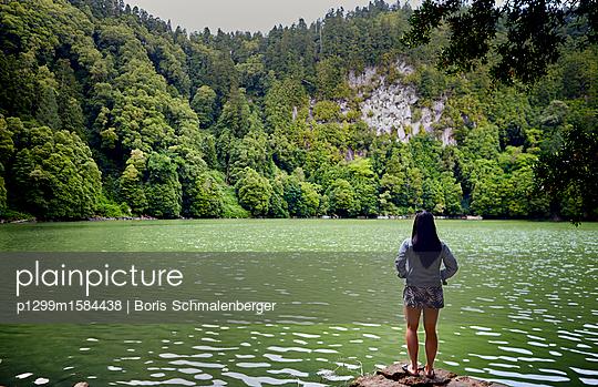 Frau am Seeufer, Rückansicht - p1299m1584438 von Boris Schmalenberger