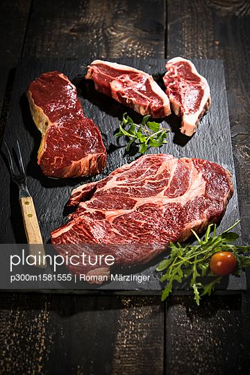 Raw meat, roast beef , american chuck eye steak and lamb chop - p300m1581555 von Roman Märzinger