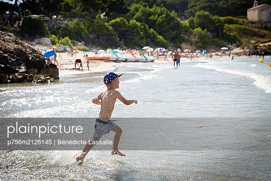 Boy on the beach - p756m2125145 by Bénédicte Lassalle