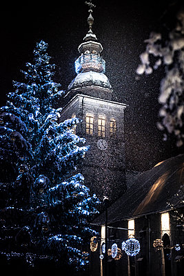France, Le Grand Bornand, Christmas decoration with church at night - p1007m2216557 by Tilby Vattard