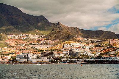 Blick auf Puerto de Santiago vom Meer  - p1332m1502716 von Tamboly