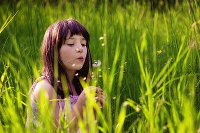 Mädchen auf einer Wiese - p1432m1496485 von Svetlana Bekyarova