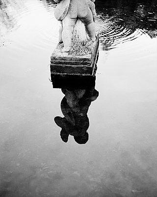 Statue zweier Kinder beim Fischfang in einem Brunnen in Bamberg I - p1493m1585656 von Alexander Mertsch