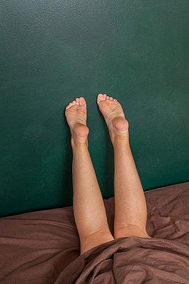 Mädchenbeine - p397m880323 von Peter Glass