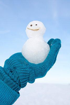 Blue gloves holding a snowman - p4541180 by Lubitz + Dorner