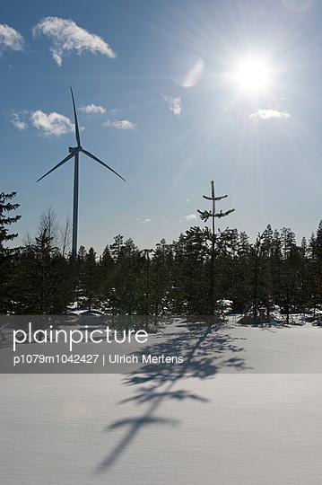 Windkraftanlage in Winterlandschaft - p1079m1042427 von Ulrich Mertens
