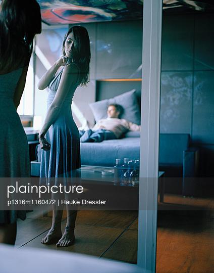 Paar in einem Hotelzimmer, Madrid, Spanien - p1316m1160472 von Hauke Dressler