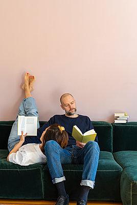 Pärchen liest zusammen ein Buch - p432m2175458 von mia takahara