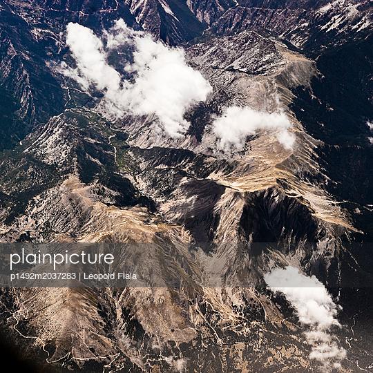 Gebirgskette und Wolken Luftaufnahme - p1492m2037283 von Leopold Fiala