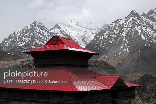 Buddhistischer Tempel mit Gebrige im Hintergrund - p817m1586767 von Daniel K Schweitzer