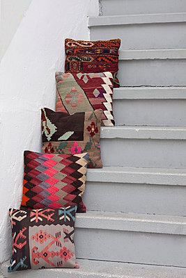 Kissen auf Stufen - p045m1476131 von Jasmin Sander