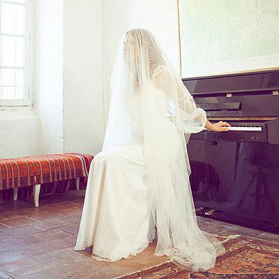 Braut vor einem Klavier - p1105m2126444 von Virginie Plauchut
