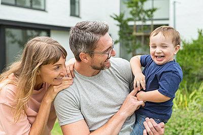 Paar mit Kleinkind - p1156m1585799 von miep