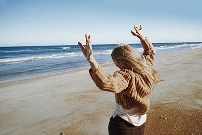 Happy woman dancing on the beach - p1577m2280989 by zhenikeyev