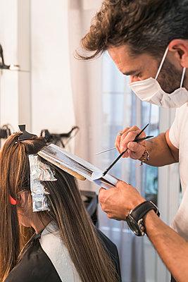 Man and woman in hairdressing, Moguer, Huelva, Spain - p300m2286225 von Julio Rodriguez
