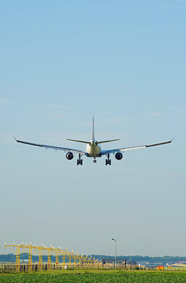 Airplane landing, Schiphol, North Holland, Netherlands, Europe - p924m1480475 by Mischa Keijser