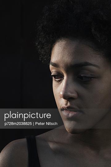 Weiblicher Teenager Porträt - p728m2038825 von Peter Nitsch