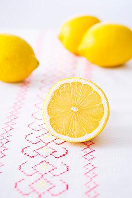 Lemons - p1149m1516053 by Yvonne Röder