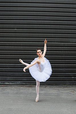 Portrait ballerina dancing in urban alley - p1192m1158132 by Hero Images