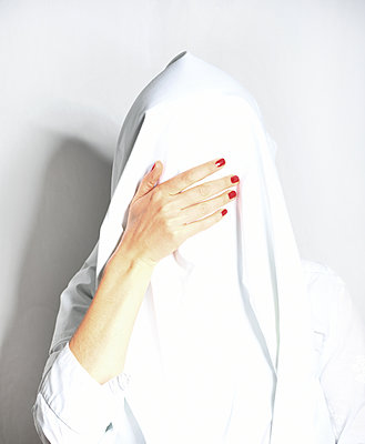 Woman with sheet over her head - p1229m2245630 by noa-mar