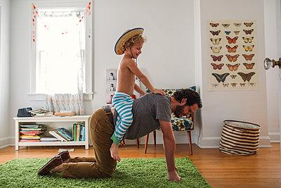 Vater und Sohn zuhause - p1361m1225616 von Suzanne Gipson