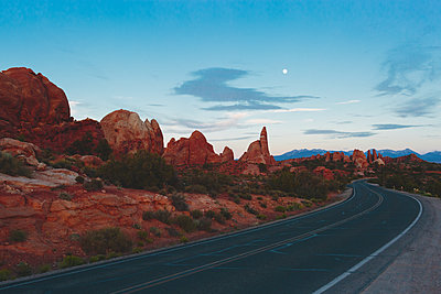 USA, Utah, Moab, Arches National Park, Road in mountains - p352m1350126 by Eija Huhtikorpi