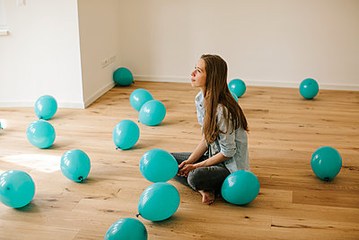 Young woman in new apartment with balloons - p586m1064883 by Kniel Synnatzschke