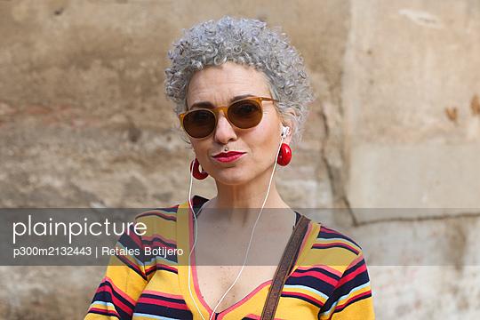 Portrait of pierced mature woman with ear phones - p300m2132443 by Retales Botijero