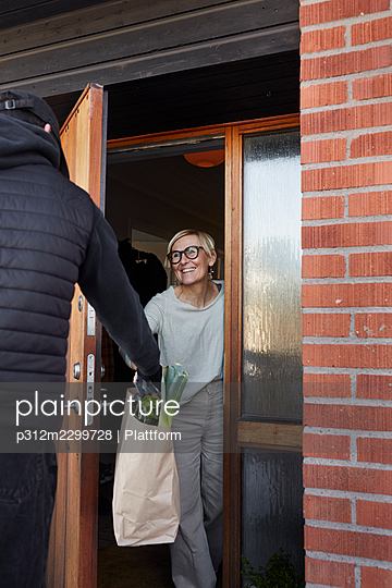 Woman having shopping delivered - p312m2299728 by Plattform