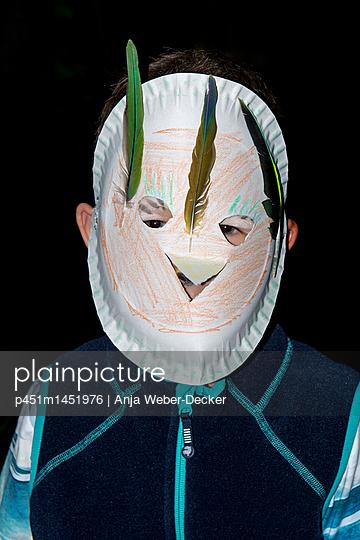 Junge mit Maske - p451m1451976 von Anja Weber-Decker