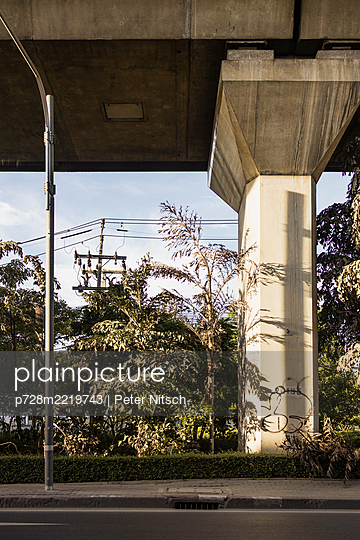 Thailand, Bangkok, Skytrain, Supporting pillar from concrete - p728m2219743 by Peter Nitsch
