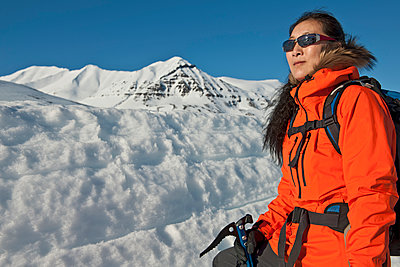 woman hiking in the mountains of north Iceland in winter - p1166m2269478 by Cavan Images