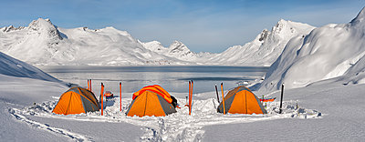 Greenland, Schweizerland Alps, Kulusuk, tents and skis - p300m1586939 von Alun Richardson