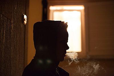 Rauchende Frau - p906m1362779 von Wassily Zittel