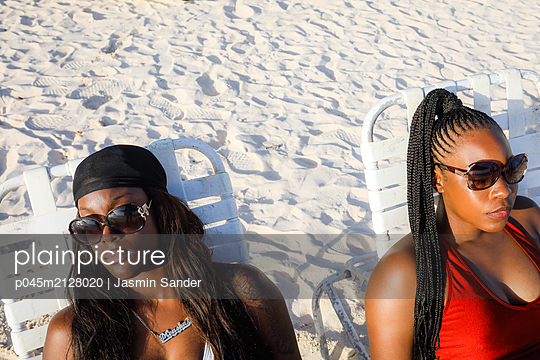 Am Strand zusammen entspannen - p045m2128020 von Jasmin Sander
