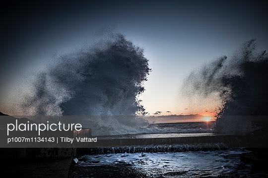 Wave splashing at sunset - p1007m1134143 by Tilby Vattard