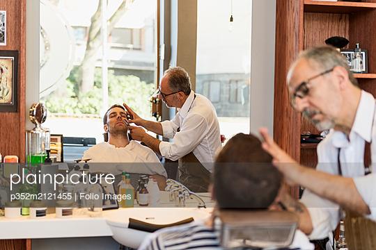 Barber shaving man - p352m2121455 by Folio Images