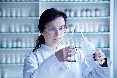 Portrait of young female scientist working in a biochemistry labroratory - p300m978157f by Sigrid Gombert
