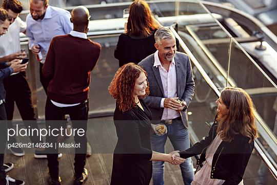 plainpicture - plainpicture p426m2146234 - High angle view of business... - DEEPOL by plainpicture